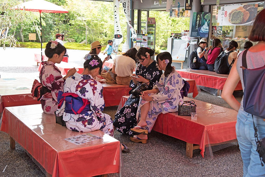 10-Ladies-In-Kimonos-In-Arashyama