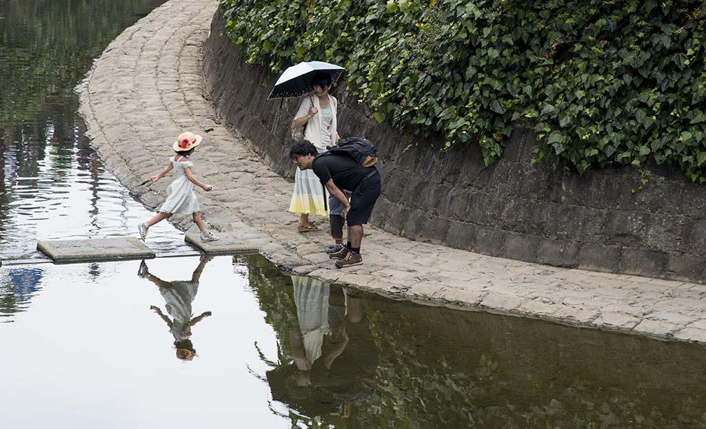 08-japanese-family-in-peace-park-nagasaki-japan